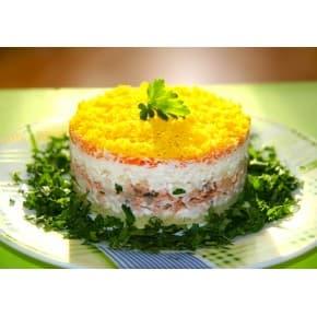 Салат «Мимоза» (картофель, рыба, лук, майонез, морковь, яйцо)
