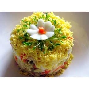 Салат Морская фантазия (кальмары отварные, крабовые палочки, морковь и лук обжаренные, огурец маринованный, яйцо, зелень, майонез)