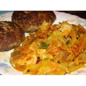 Котлета по-голландски, капуста тушеная (свинина, куриное филе, сыр, лук зелёный, лук репчатый, капуста б/к, морковь, томатная паста, соль)