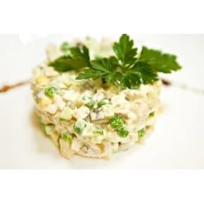 Салат «Столичный» (картофель, морковь, горошек, яйцо, колбаса п/к, майонез)