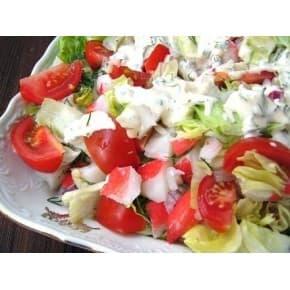 Салат «Талисман» (крабовые палочки, пекинская капуста, помидоры, чесночный соус)
