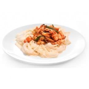 Лапша с креветками и лососем в кокосовом соусе карри