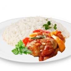 Куриные бедрышки запечённые с овощами, рис отварной