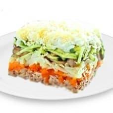 Салат «Лисья шубка» с красной рыбой (горбуша, отварные картофель, морковь, яйца, маринованные огурчики, сыр, шампиньоны)