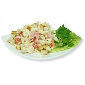 Салат «Смак» (помидоры, пекинская капуста, кукуруза, сухарики, чесночный майонез)