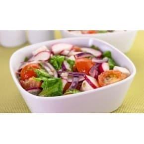 Салат «Овощной» с зеленью и растительной чесночной заправкой (помидор, огурец, кинза, петрушка, лук зеленый, чесночной растительная заправка)