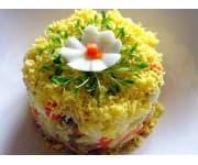 Салат Морская фантазия (кальмары отварные, крабовые палочки, морковь и лук обжаренные, огурец консервированный, яйцо, зелень, майонез)