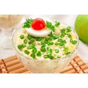 Салат «Морячок» (кальмары отварные, крабовые палочки, огурец, соевый соус, майонез, яйцо, сыр)