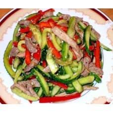 Салат «Маркиз» (курица филе, огурец, помидор, лук, растительное масло, соевый соус, специи)
