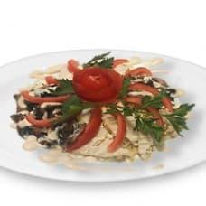 Салат «Пекинский» с куриным филе и грибами (куриное филе, грибы, помидоры, пекинская капуста, соус «Аля-Цезарь»)