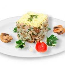 Салат «Хуторок» (куриное филе запеченое, помидоры, картофель, яйца куриные, шампиньоны жареные, сыр, майонез, зелень)