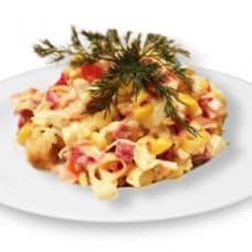 Салат «Юбилейный» с куриным филе и крабовым мясом (крабовые палочки, куриное филе, помидор, пекинская капуста, соус)