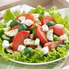 Салат со сливочным сыром и овощами (салат айсберг, помидор, огурец, сыр сливочный, перец болгарский, заправка растительная)