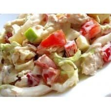 Салат «Пекинский с курицей» (куриное филе, шампиньоны, салат айсберг, помидор, соус цезарь)