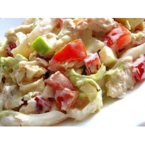 Салат «Айсберг с курицей» (куриное филе, шампиньоны, салат айсберг, помидор, соус цезарь)