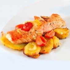 Рыба запеченная с помидором под сыром, картофель запеченный