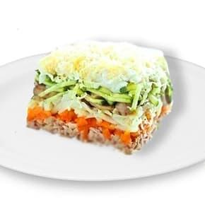 Салат «Лисья шубка» (горбуша, отварной картофель, морковь, яйца, маринованные огурчики, сыр, шампиньоны, майонез, зелень)