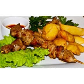 Шашлычок куриный, картофель пикантный с соусом «тар-тар»