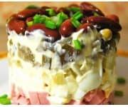 Салат «Домашний» (ветчина, картофель, яйцо, морковь, огурец маринованный, фасоль, чесночный майонез)