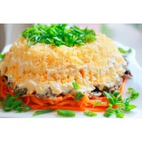 Салат «Бонапарт» (картофель, филе куриное, лук, грибы, морковь, яйцо, сыр, майонез)